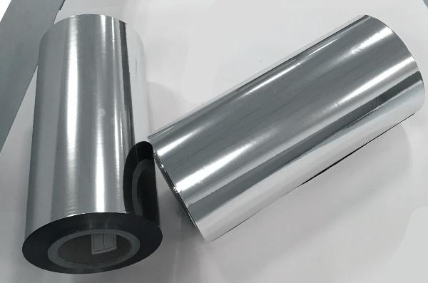 Giấy màng Metalize là loại vật liệu được phủ bên ngoài một lớp kim loại, thường là nhôm, mang nhiều ưu điểm vượt trội so với những loại giấy khác